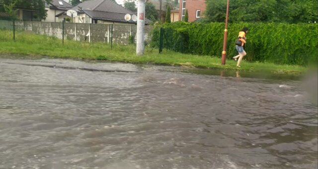 Затоплені дороги та повалені дерева: наслідки сьогоднішньої негоди у Вінниці. ФОТО, ВІДЕО