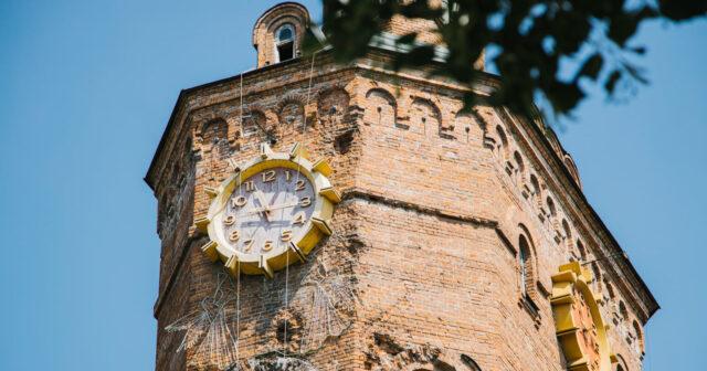 «Причепурити вигляд»: у Вінниці пофарбують один з циферблатів Вежі Артинова