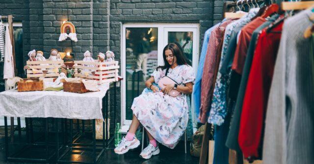 Невимушений та освітній: у Вінниці відбувся благодійний розпродаж одягу, книжок та іграшок. ФОТО