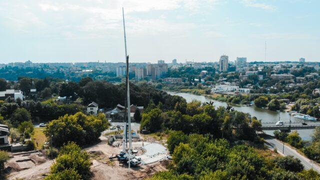 У Вінниці на Замковій горі встановили 50-метровий флагшток за 1,8 мільйона гривень. ФОТО