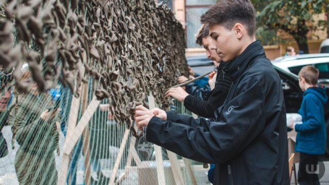 Вінничан запрошують на плетіння маскувальних сіток для українських військових