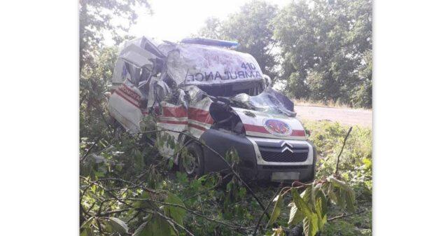 """На Вінниччині карета """"швидкої"""" потрапила у ДТП: троє постраждалих"""
