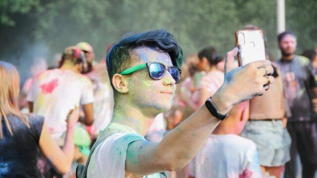 Свято пустощів і кольорів: у Вінниці влаштували битву фарбами холі. ФОТОРЕПОРТАЖ