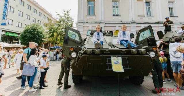 Військова техніка, однострої та виставки народного мистецтва: як тривають святкування Дня Незалежності у центрі Вінниці