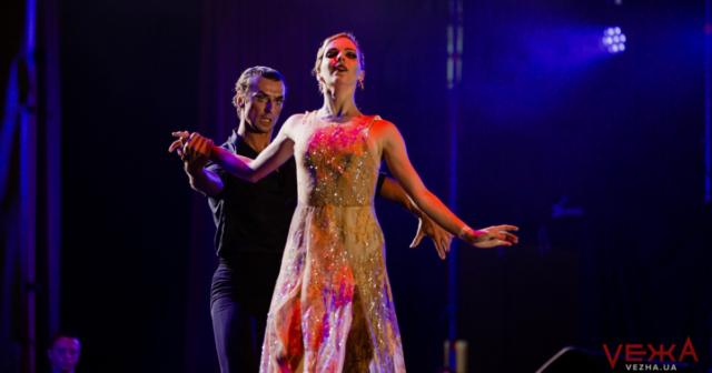 """Романтичні """"Історії в стилі танго"""" та вогняне шоу під дощем: якою була перша ніч цьогорічного """"OperaFest Tulchyn"""" на Вінниччині. ФОТОРЕПОРТАЖ"""