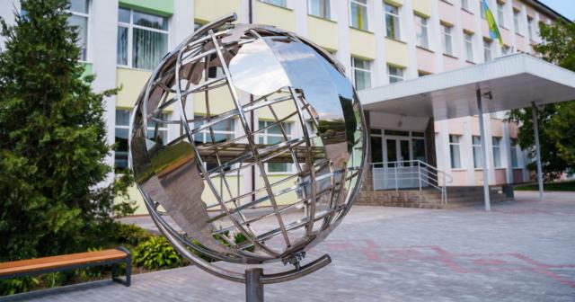 «Ми і планета Земля»: у Вінниці біля школи №15 встановили макет глобуса та оновили територію. ФОТО