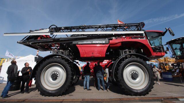 """Комбайни і дрони-обприскувачі: в аеропорту """"Вінниця"""" стартувала перша регіональна агропромислова виставка. ФОТОРЕПОРТАЖ"""