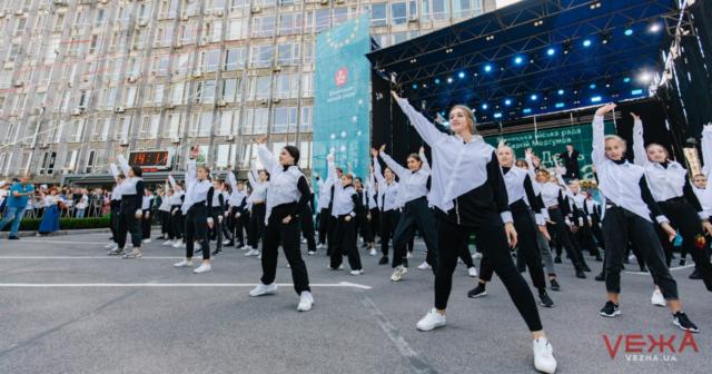 Танці, конфеті і привітання від мера: у Вінниці урочисто стартувало святкування Дня міста. ФОТО