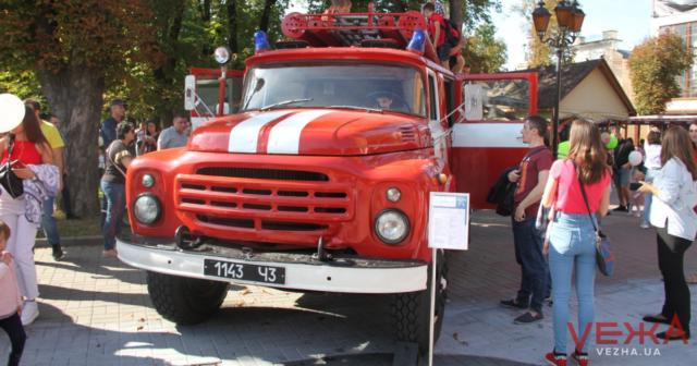 """""""Пісня води і полум'я"""": у Вінниці до Дня міста презентували протипожежну техніку різних часів. ФОТО"""