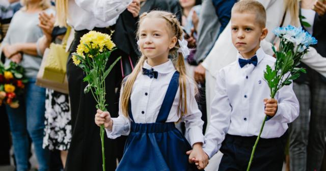 """""""Лінійка"""" в парку та сльози першачків: як у школах Вінниці відзначили День знань. ФОТОРЕПОРТАЖ"""