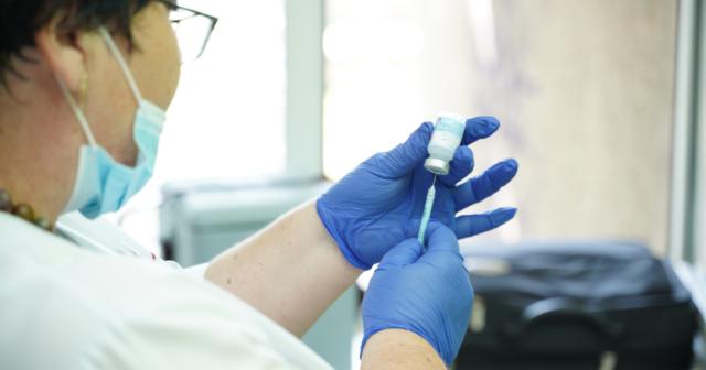 В комунальних установах Вінниці від COVID-19 вакцинувалися 95% сімейних лікарів та понад 80% працівників освітніх закладів