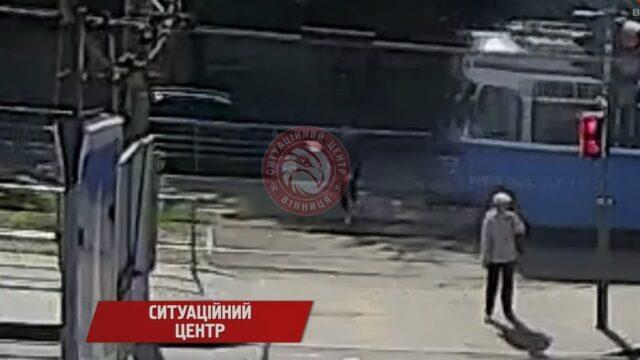 """""""Ймовірно відволікся на телефон"""": у Вінниці неповнолітній потрапив під колеса трамваю. ВІДЕО"""