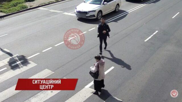 У Вінниці камери спостереження зафіксували, як водій допоміг жінці із вадами зору. ВІДЕО