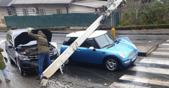 """ДТП на Коріатовичів: у Вінниці """"Volkswagen"""" врізався в """"Mini Cooper"""" і збив електроопору. ФОТО, ВІДЕО"""