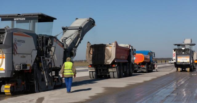 Розширення злітно-посадкової смуги та демонтаж військових плит: у Вінниці почали реконструкцію аеропорту. ФОТО