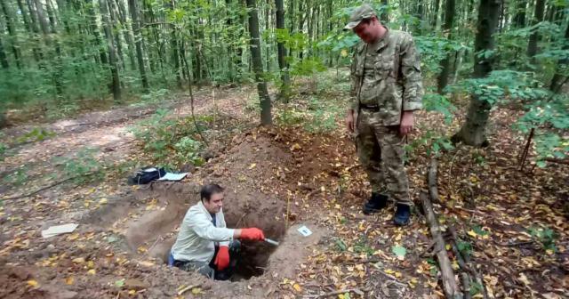 Ями серед лісу: на Вінниччині досліджують вплив лісогосподарської діяльності на ґрунт. ФОТО