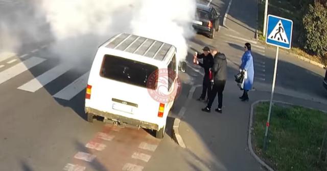 У Вінниці кілька водіїв загасили пожежу в автівці, що загорілась на ходу. ВІДЕО