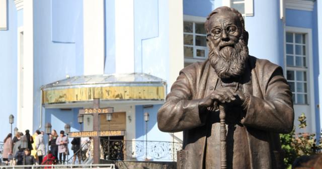 """""""Фізичне втілення пам'яті"""": у Вінниці відкрили та освятили перший в світі пам'ятник Любомиру Гузару. ФОТОРЕПОРТАЖ"""