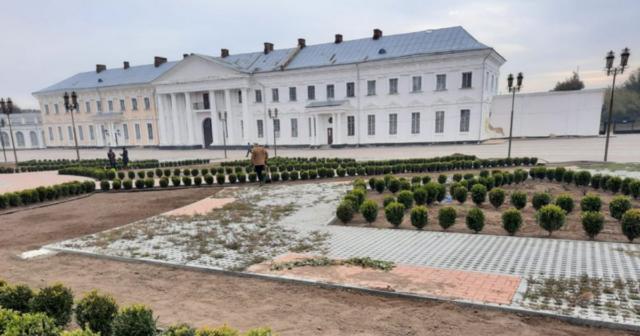 Оновлюють огорожу та висаджують рослини: на Вінниччині триває реконструкція території Палацу Потоцьких. ФОТО